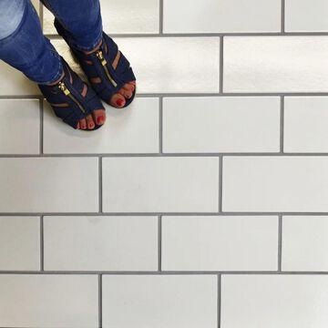 SomerTile 4.75x9.625-inch Piscine Brick Glossy White Porcelain Floor and Wall Tile (32 tiles/10.97 sqft.)